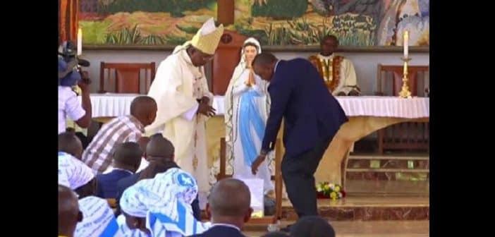 Kenya : L'église catholique offre un cadeau inhabituel au président (vidéo)