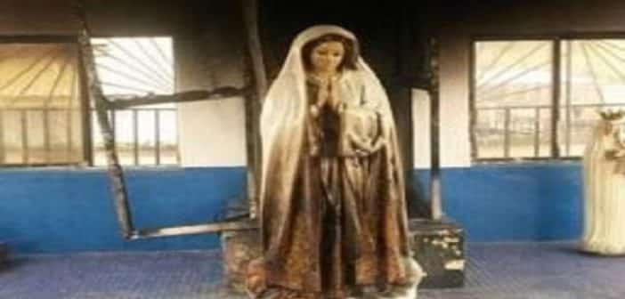 Nigeriaune femme met en feu la statue de la vierge dans une église