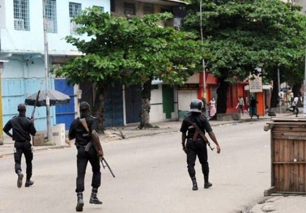 Conakry : Des policiers filmés entrain de traquer un poulet