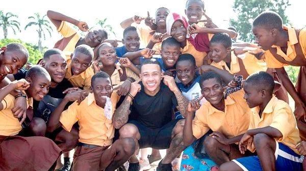 Ghana : Memphis Depay visite une école de sourds-muets pour une œuvre caritative (vidéo)