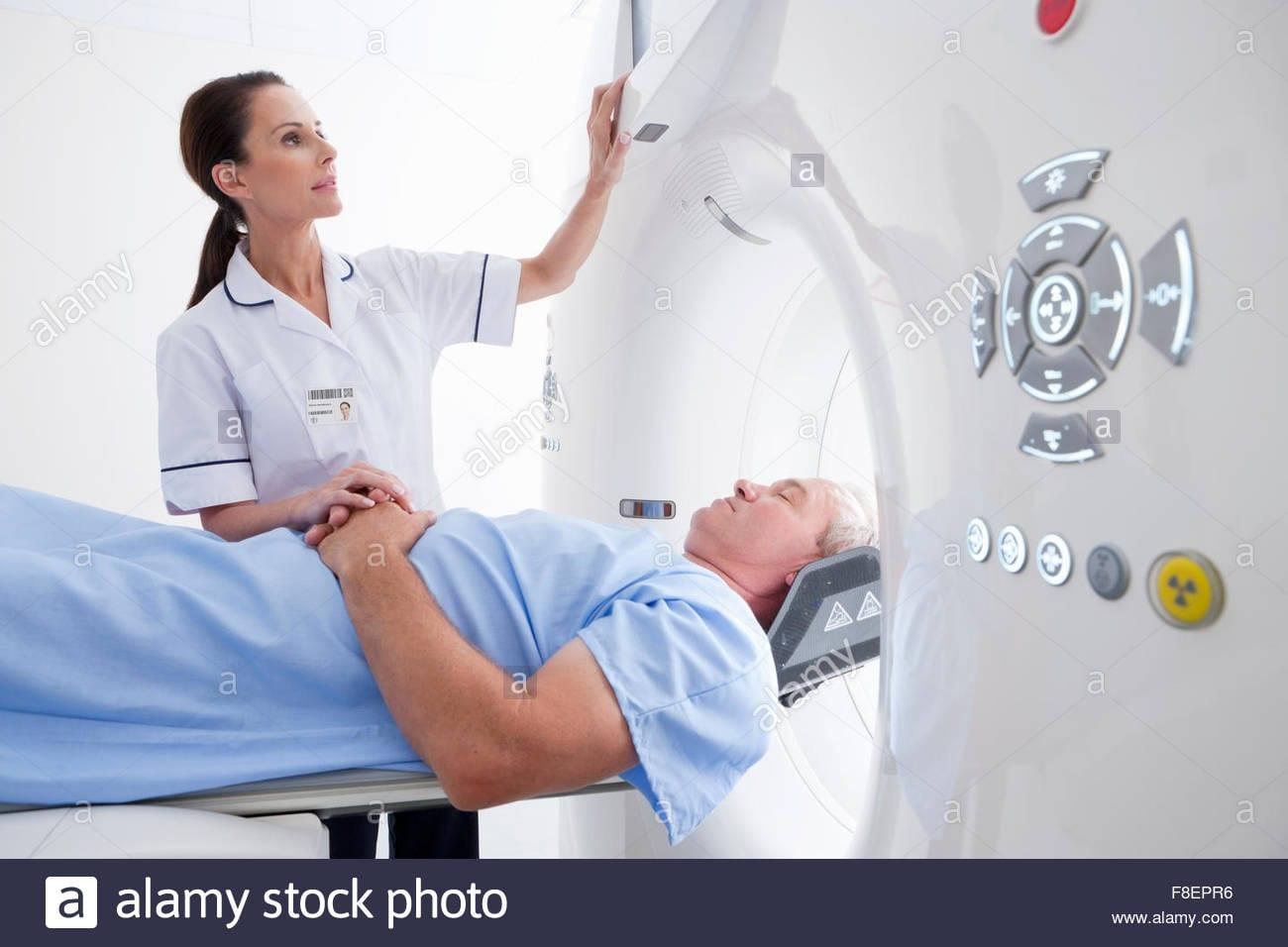 Infirmiere Technicien Preparation Patient Pour Ct Scan A Lhopital F8epr6