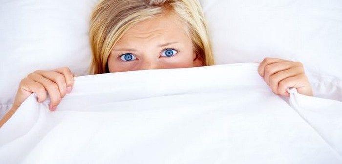 Couchée dans sa chambre d'hôtel, elle se réveille avec un serpent accroché à son bras