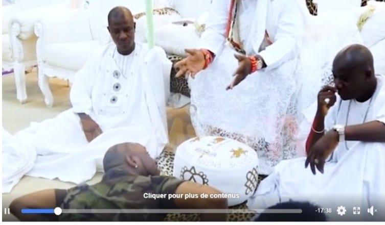 L'artiste nigérian DAVIDO dans une video en position satanique avec sa majesté