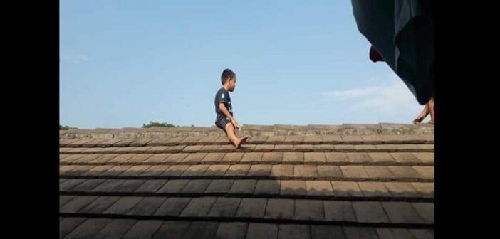Indonésie : Il refuse de se faire circoncire et monte sur un toit pour se cacher