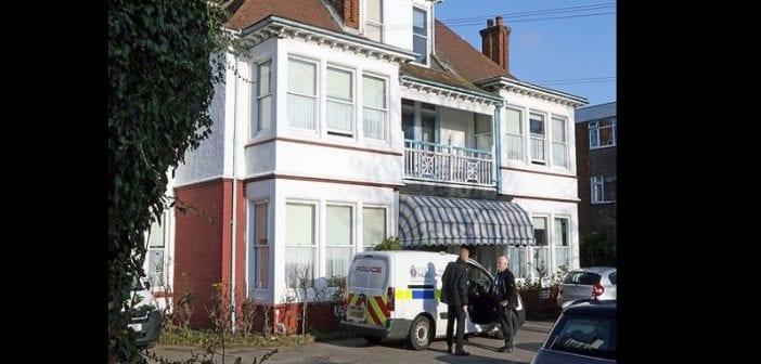 Un homme tue sa mère en la jetant du balcon de leur étage et donne ses raisons