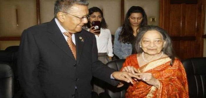 Un milliardaire de 90 ans épouse officiellement sa partenaire après 64 ans de vie commune