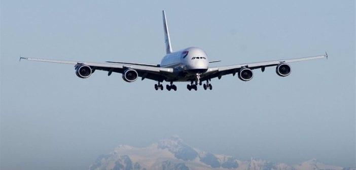 Un passager clandestin chute d'un avion et s'écrase dans un jardin