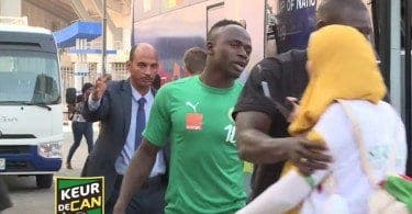 VIDEO. Une Egyptienne saute sur Sadio Mané à sa descente du bus