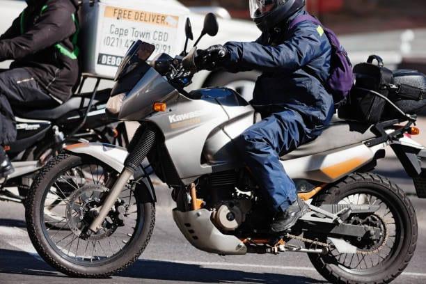 Une Société De La Place Recrute, Commercial , Moyen De Déplacement ,moto