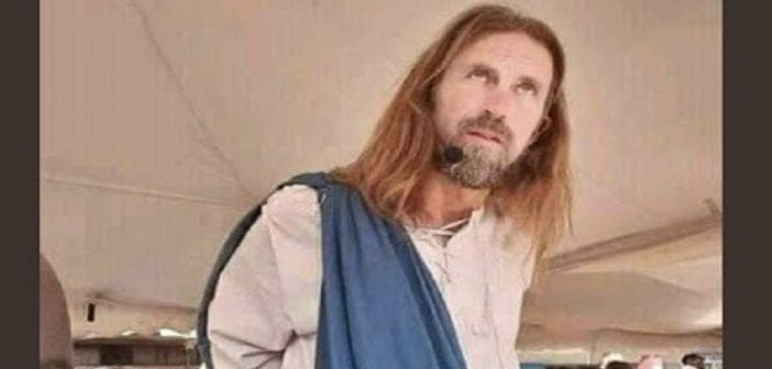 Il se déguise en Jésus et se fait arrêter par la police
