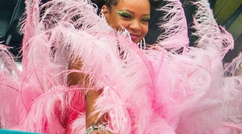 Rihanna, En Robe Rose à Plumes, Elle électrise, Barbade