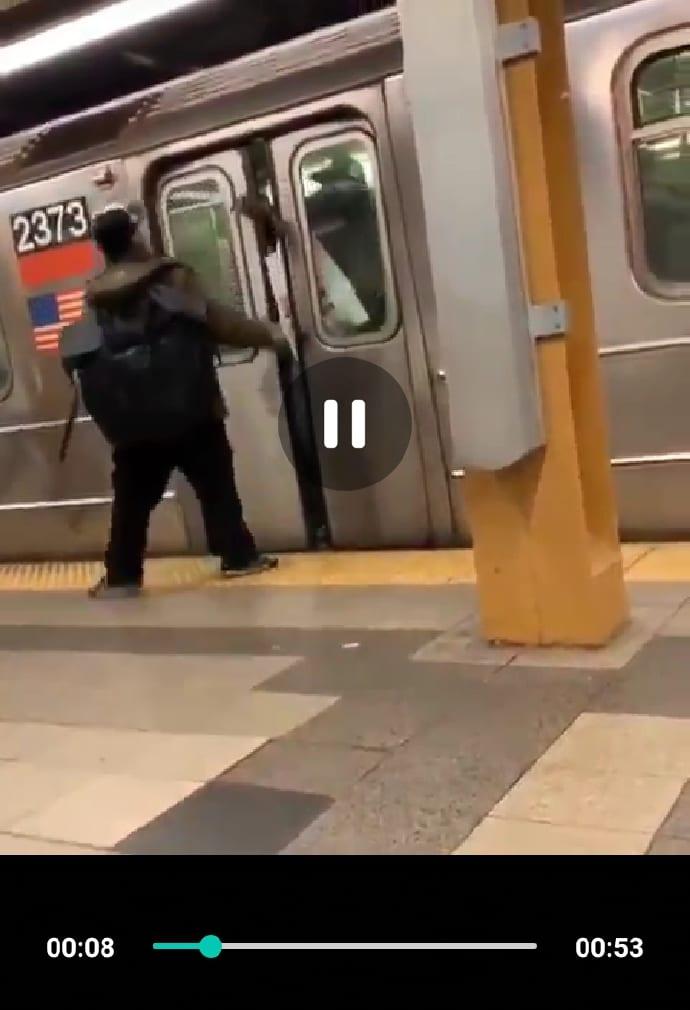 Vidéo: il est correctement battu après avoir craché et traité ce noir de signe