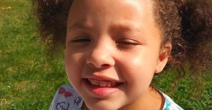Une petite fille Afro-Américaine revient de l'école avec les cheveux rasés par la direction, la mère est en furie.