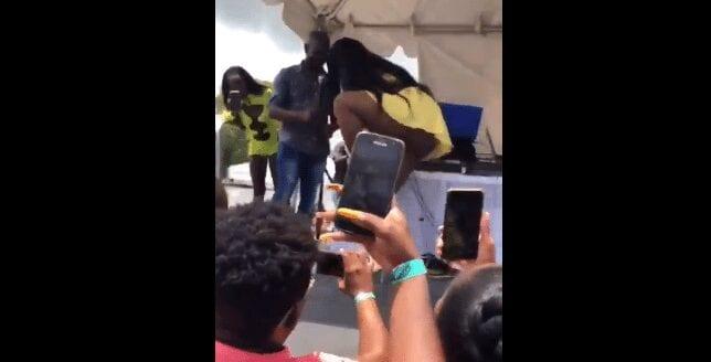 Vidéo: Cet artiste Jamaïcaine enlève son slip en plein concert pour montrer à ses fans…