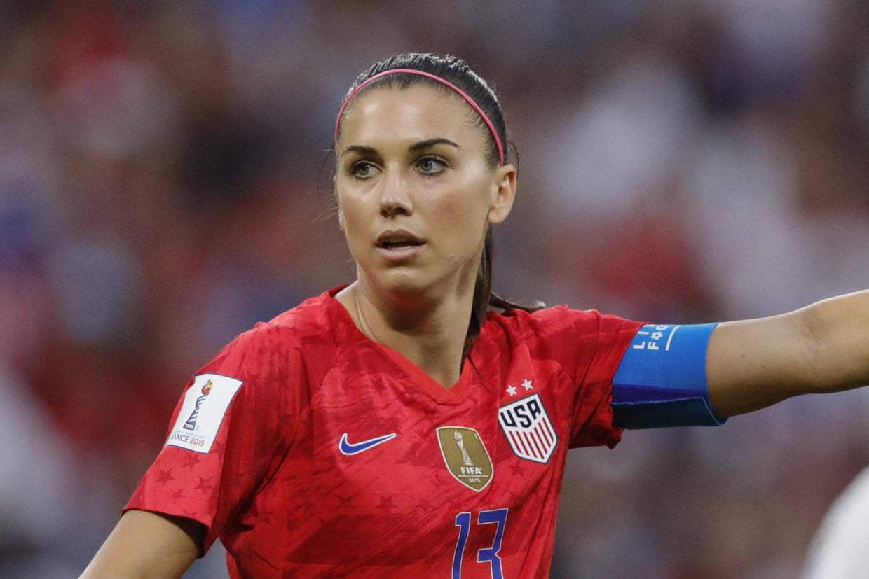 La star américaine Alex Morgan tacle  Cristiano Ronaldo