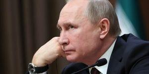 Le président russe Vladimir Poutine rend hommage à Robert Mugabe