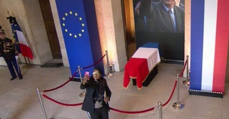 Des internautes choqués par les Français qui se prennent en selfies devant le cercueil de Jacques Chirac