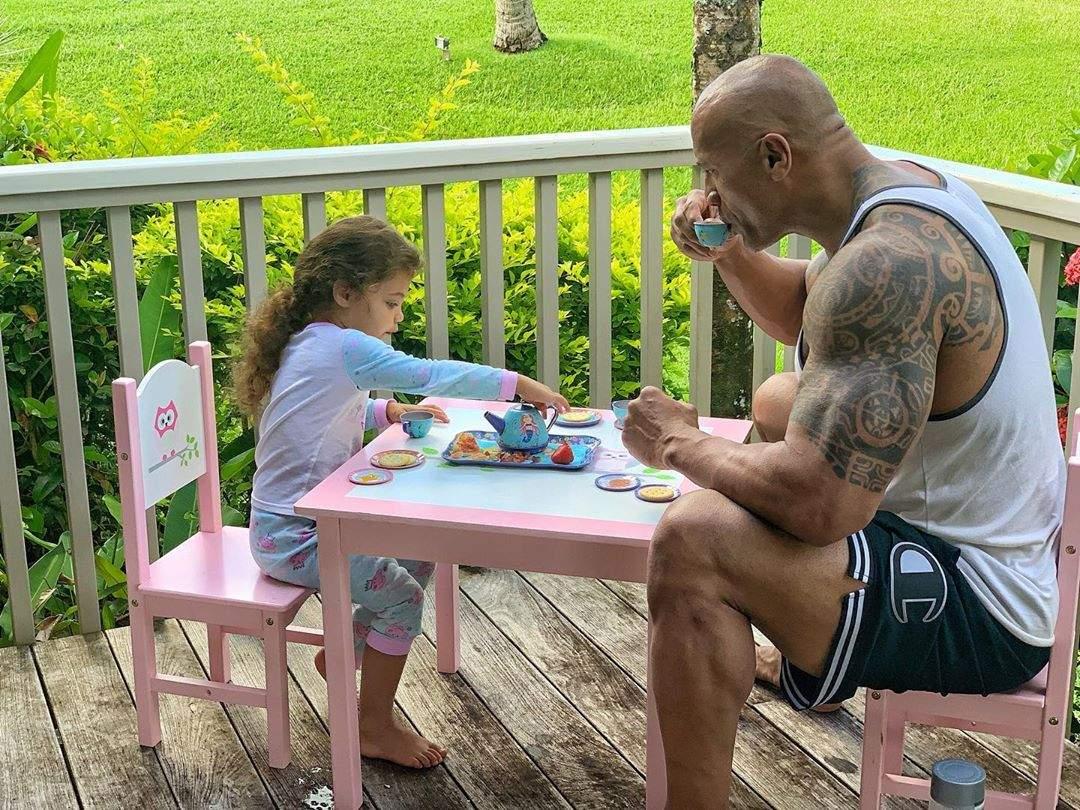 Photo de Dwayne Johnson et de sa fille en train de savourer un «thé»