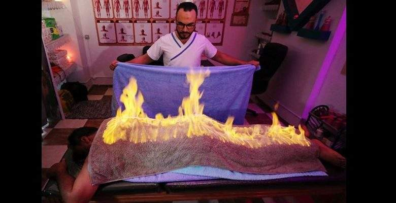Egypte : un masseur utilise le feu pour soulager les douleurs musculaires (vidéo)
