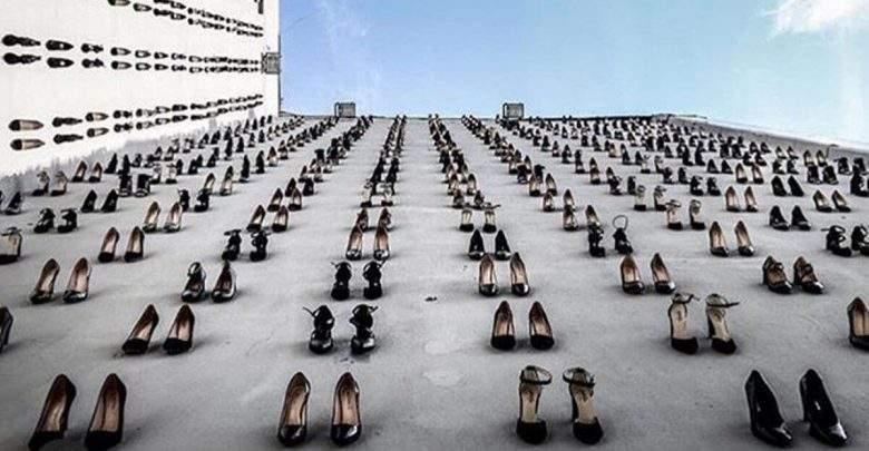 Turquie : 440 paires de talons alignées sur une façade, dénonçant le féminicide