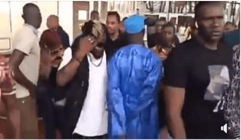 Vidéo – Ce marabout a-t-il lancé un sort à DJ Arafat ? Regardez son geste suspect !