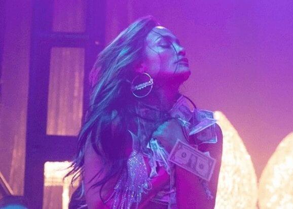 À 50 ans, Jennifer Lopez vole la vedette dans sa robe culte qui a fait naître Google Images