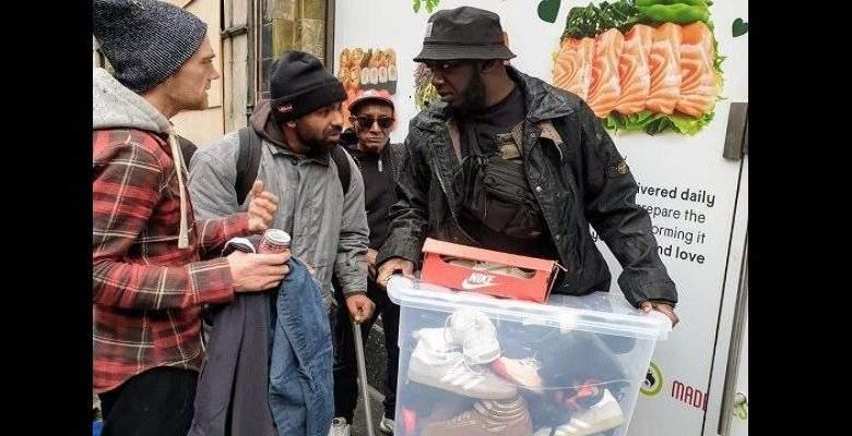 Moosa Nsubuga : le musulman qui offre 170 chaussures de sport aux sans-abris chaque mois (photos)