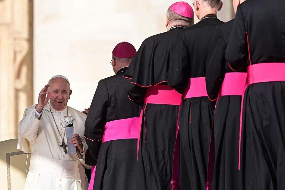Le pape François discute d'un possible accès à la prêtrise d'hommes mariés