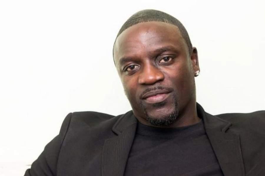Akon : des Sénégalais lui volent sa chaîne en plein concert, il réagit