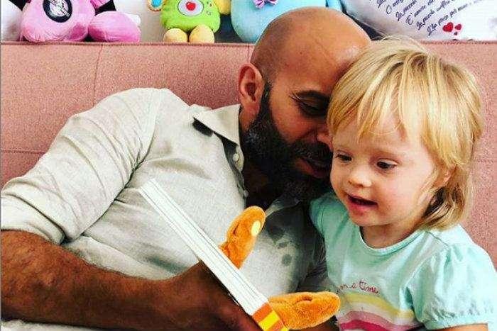 Alba, une petite fille malade et rejetée par les familles d'accueil