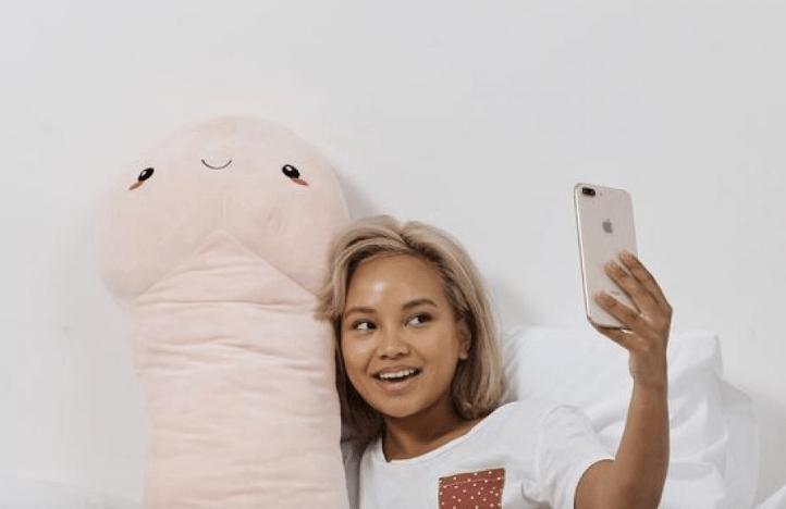 Cet oreiller en forme de pénis géant de plus d'un mètre fait fureur auprès consommateurs (Photos)