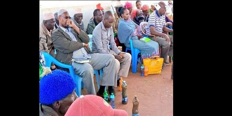 Des villageois servent de l'eau sale à des politiciens lors d'une visite