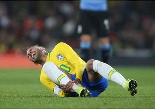 Urgent: Neymar sort sur blessure à la 12ème minute face au Nigeria
