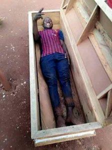 Un jeune homme meurt après une séance photo dans un cercueil