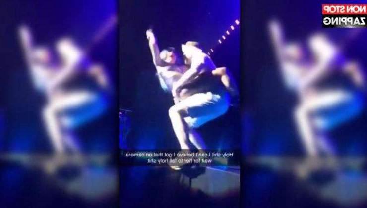 La star Lady Gaga tombe pendant qu'elle était sur scène