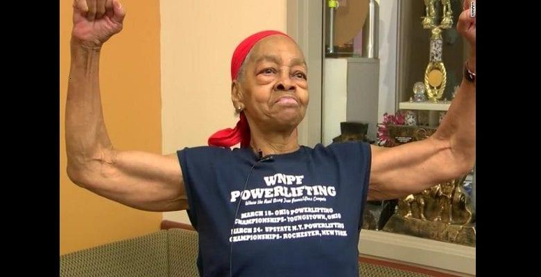 États-Unis : une vieille de 82 ans maîtrise un voleur de 29 ans et le remet à la police (vidéo)