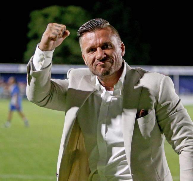 Un millionnaire rachète un club, recrute 15 joueurs et se proclame entraîneur