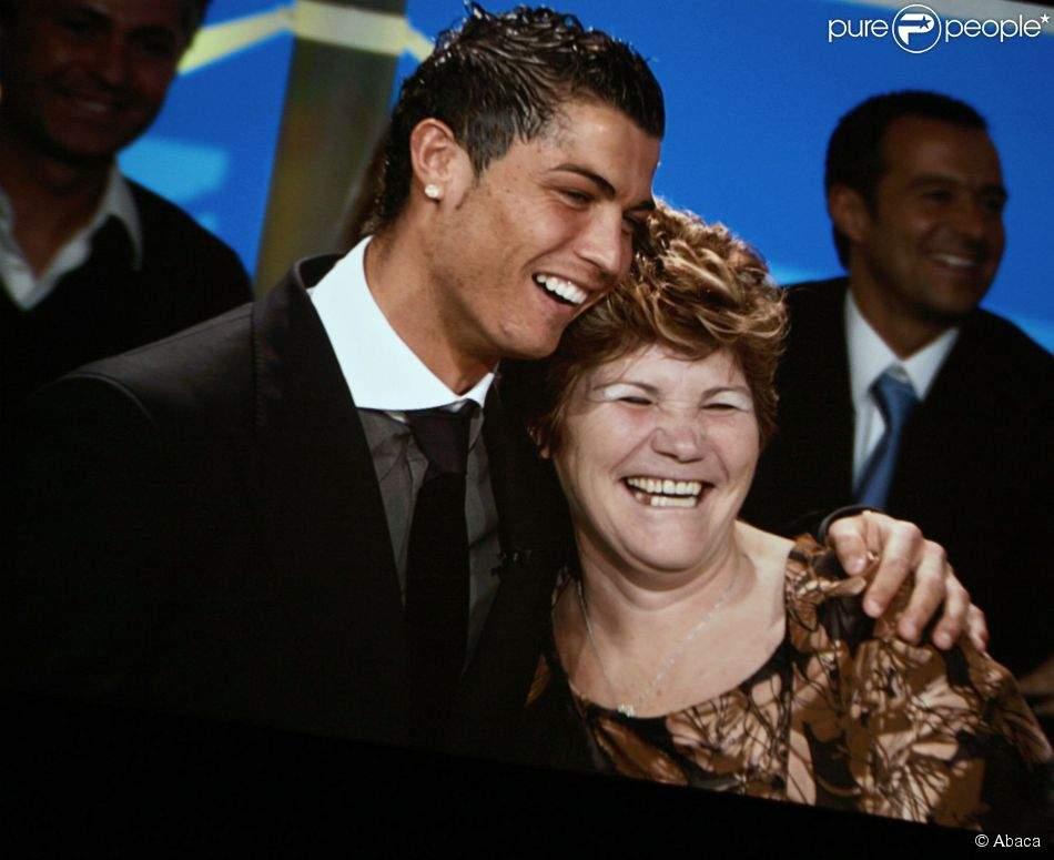 La mère de Cristiano Ronaldo déclare  «La mafia du football ne veut plus que CR7 gagne d'autres prix»