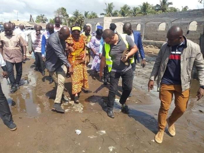 Simone Gbagbo patauge dans les eaux aux côtés des sinistrés des inondations de Bassam