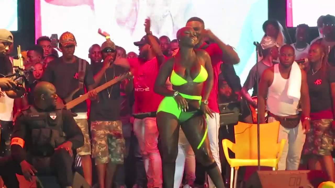 Maria Mobil choque les fans au concert d'Ariel Sheney