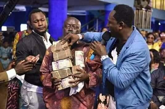Un pasteur nigérian offre de l'argent à ses fidèles comme cadeau de Noël
