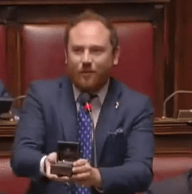 Inédit : un député fait sa demande en mariage au parlement