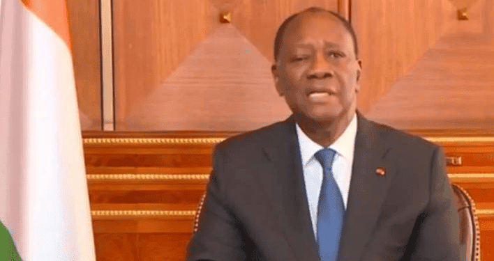 Alassane Ouattara chute en montant sur scène à Yamoussoukro