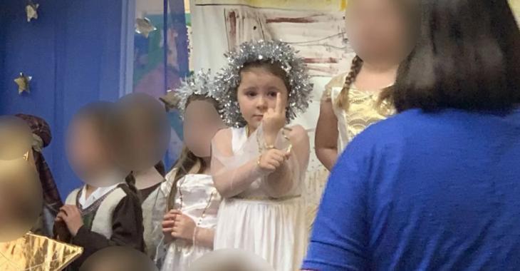Cette petite fille fait un doigt d'honneur au public pendant tout son spectacle de fin d'année
