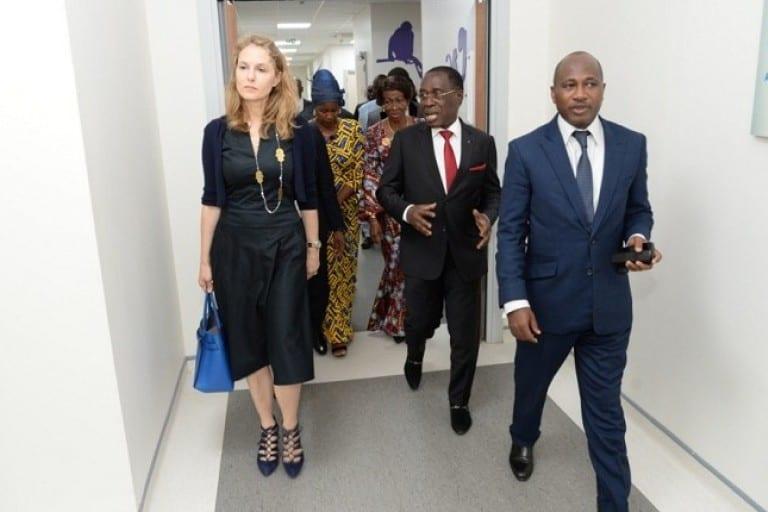 En visite dans un hôpital, le ministre Aka Aouélé pique une vive colère