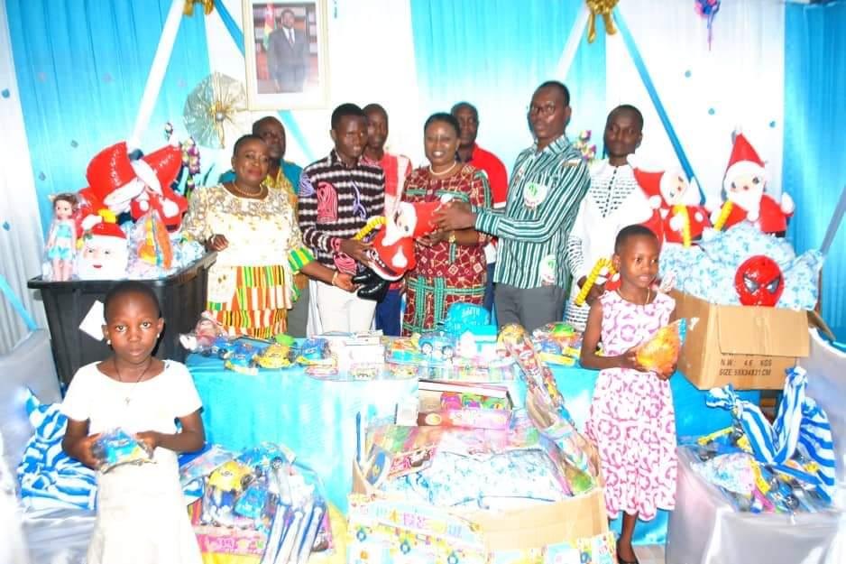 La 'Maire Noël', Mme KOUIGAN Yawa Ahofa apporte la joie aux enfants