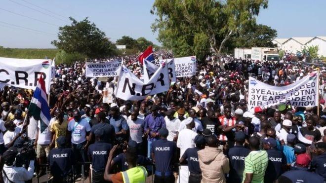"""Gambie – """"Three years Jotna"""": Adama Barrow invité à quitter le pouvoir"""