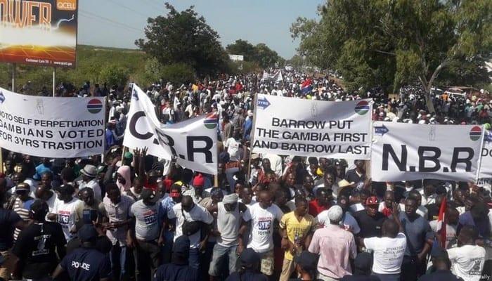 Gambie : des milliers de manifestants exigent la démission du président Adama Barrow (vidéo)
