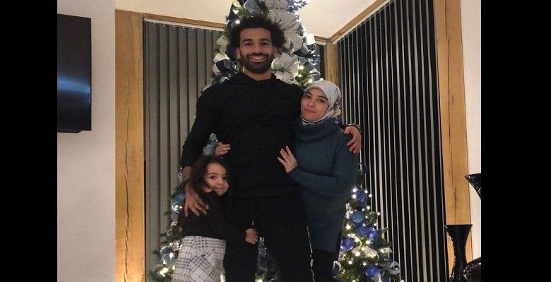 Mohamed Salah et sa famille posent devant un arbre de Noël, la toile s'indigne