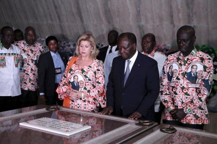 Ouattara se recueille sur la tombe d'Houphouët